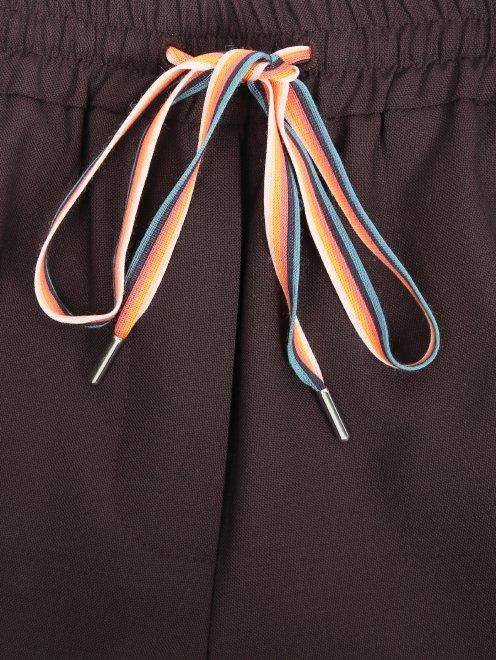 Укороченные брюки с лампасами - Деталь