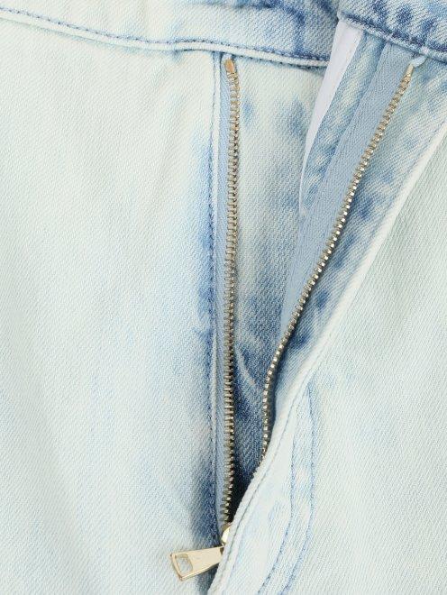 Укороченные джинсы из светлого денима с декоративной отделкой - Деталь1