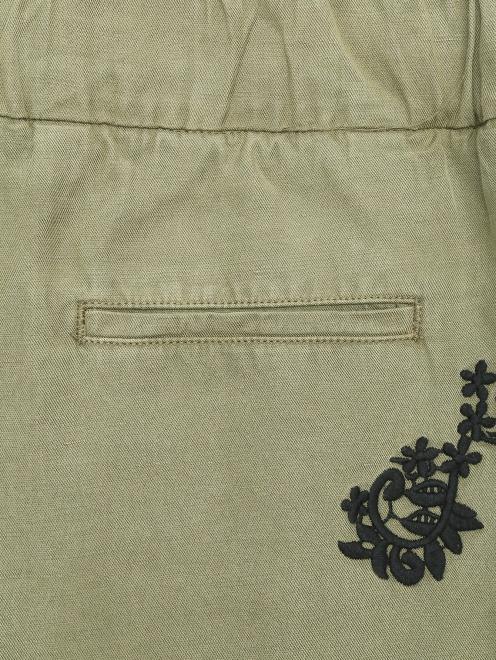 Укороченные брюки свободного кроя с контрастной аппликацией - Общий вид
