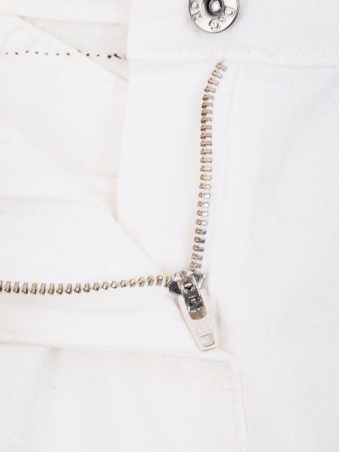 Широкие джинсы с декором на карманах - Деталь1